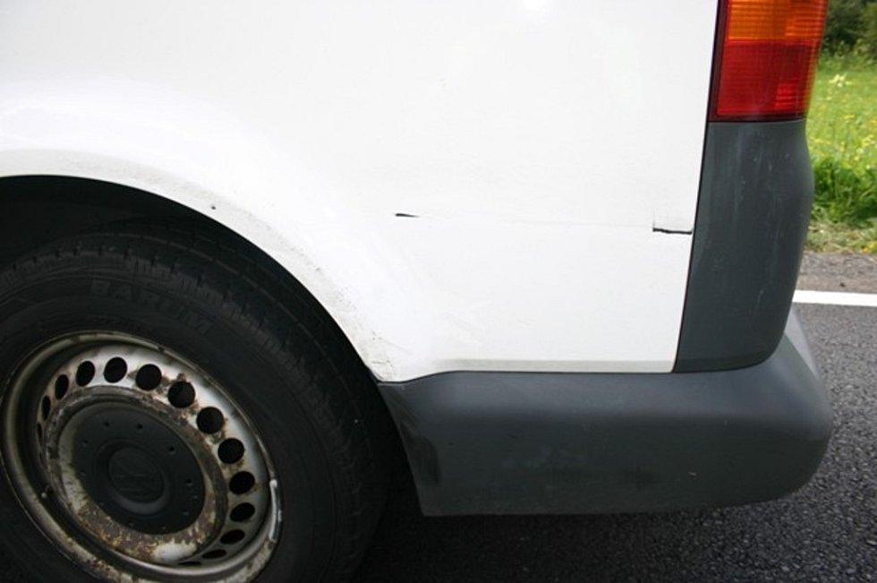 Poblíž Branné se při předjíždění střetla dvě auta.