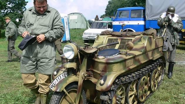Pásová motorka wehrmachtu fingovala za války jako lehký tahač. Projela i sněhem či bahnem do výše pásů.