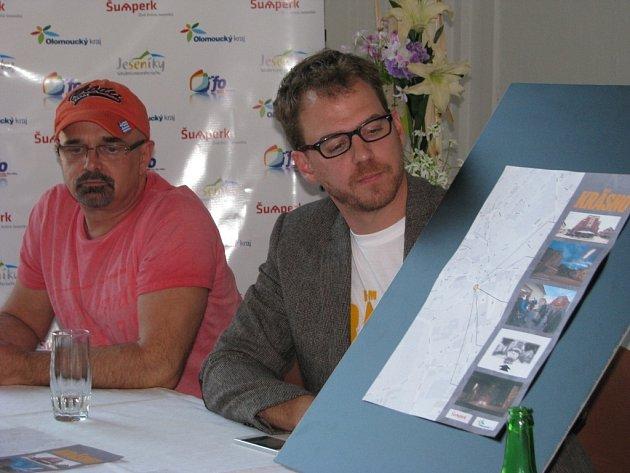Producenti René Kořenář a Vojtěch Frič ukazují takzvanou filmovou mapu. Ta zachycuje místa, kde se v Šumperku natáčel film Krásno.