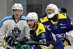 Hokejisté Šumperku (v modrém) podlehli doma Vrchlabí 2:7.