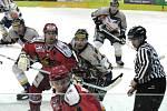 Zápas chvílemi připomínal spíš boj než hokej.