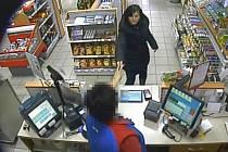Snímek z bezpečnostní kamery zachytil ženu, která zřejmě sebrala zapomenutou kabelku.