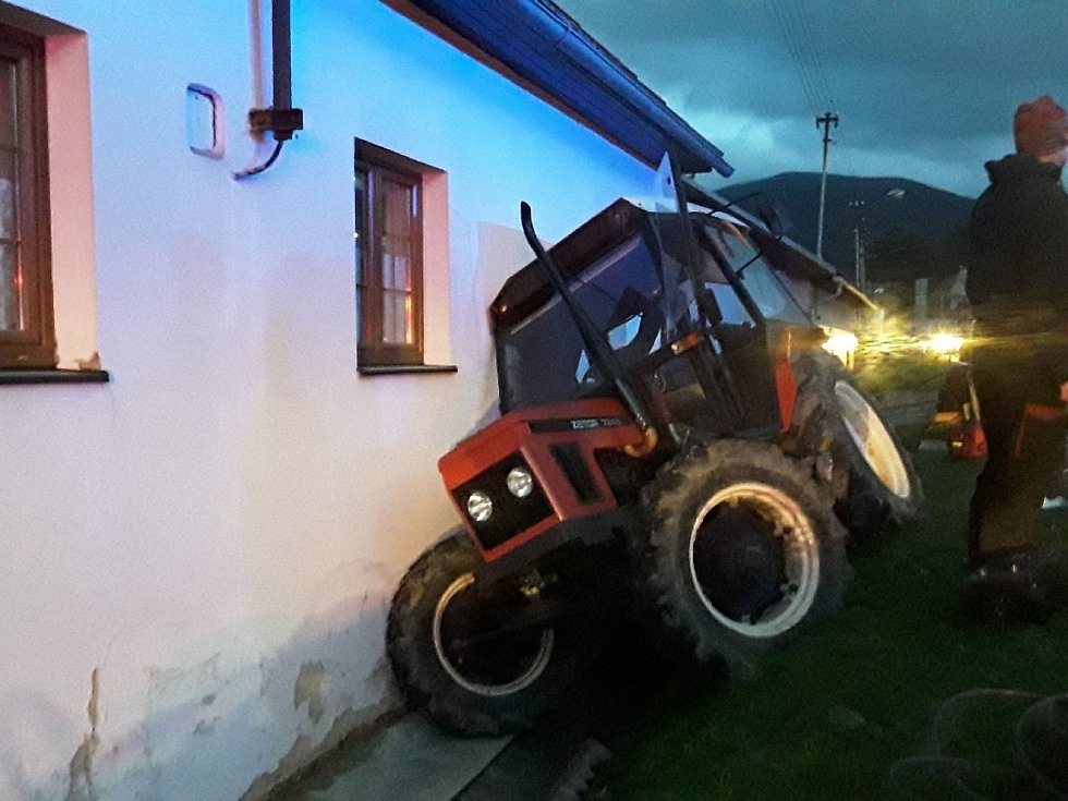 Kolize kamionu a traktoru v Loučné nad Desnou.