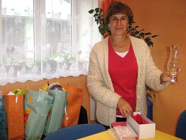 Starostka Kobylé nad Vidnavkou Milena Kamená se skleněnými pohárky pro děti