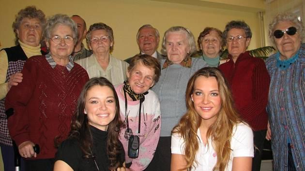 Kateřina Sokolová a Veronika Pompeová byly celou dobu návštěvy Penzionu pro důchodce v Jeseníku.