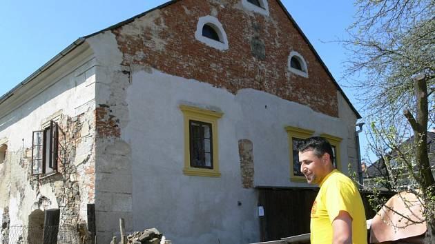 Renesanční tvrz v Nemili objektivem fotoaparátu