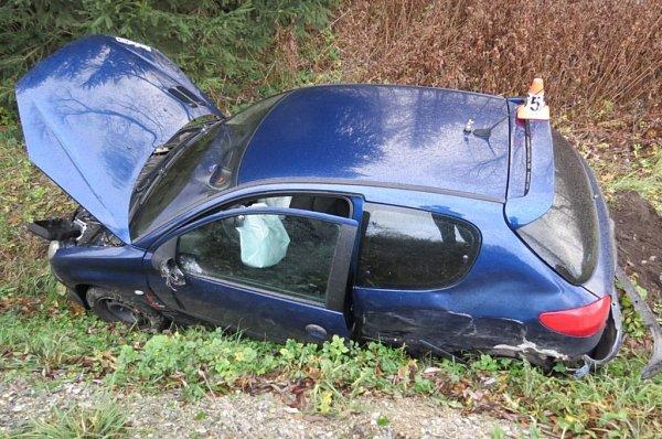 Lehké zranění řidiče peugeotu si vyžádala srážka sprotijedoucí hondou mezi Štíty a Bukovicemi, po níž obě auta skončila vpříkopu. Honda se zastavila až ovzrostlý strom.
