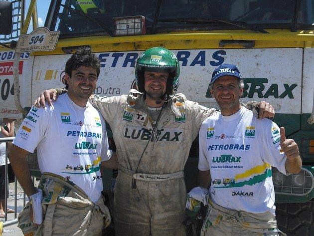 Zleva navigátor Maykel Vilarta Justo, mechanik Jaromír Martinec a pilot André Azevedo po dojezdu poslední etapy.