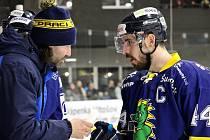 Hokejisté Šumperku (v modrém) porazili na domácím ledě Písek 6:0.