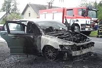K požáru vozu v Kopřivné vyjížděli 1. června hasiči