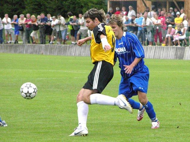 Hráč Losin odkopává míč do bezpečí.