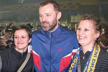 Roman Meluzín v zajetí fanynek po loňském postupu Draků do 1. ligy