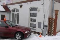 Opilý řidič zničil závoru.