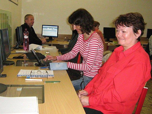 Úřad práce v Jeseníku připravil nový vzdělávací kurz, který má z nezaměstnaných udělat projektové manažery. Na snímku účastnice kurzu Marie Hundáková (vpravo)