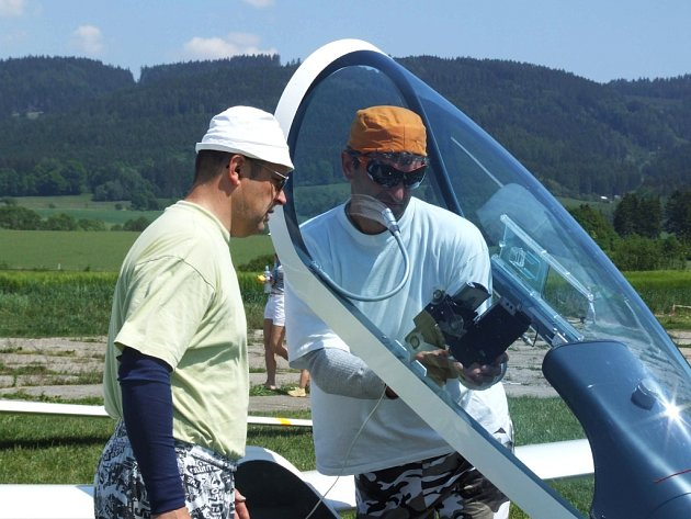 Piloti Jiří Kusbach (vpravo) a Oldřich Bartoník s vlastnoručně vyrobeným strojem na šumperském letišti.