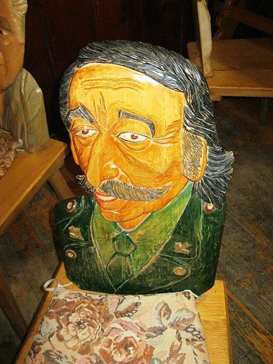 Sotiris Joanidis ztvárněn na vyřezávaném opěradle židle v penzionu Rejvíz.