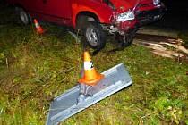 Řidič felicie, který boural ve středu 2. listopadu v Horním Údolí u Zlatých Hor, po smyku přerazil telefonní sloup a vyvrátil dopravní značku.