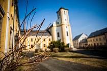V nejsevernějším cípu Javornického výběžku leží obec Bílá Voda. Vede sem jediná cesta, ze tří stran ji obklopuje Polsko. Mluví se o ní jako o nejodlehlejší obci České republiky.