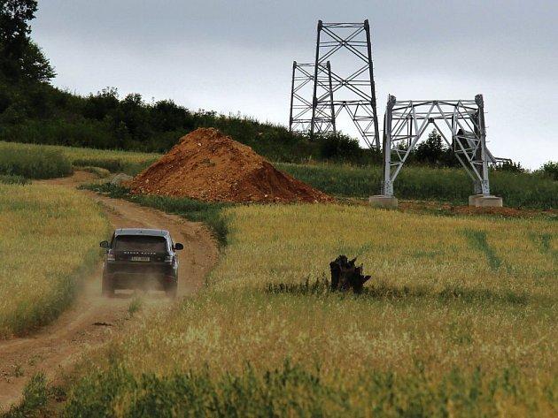 Nad Libinou směrem k Mladoňovu jsou už vidět části budoucích stožárů vedení velmi vysokého napětí.