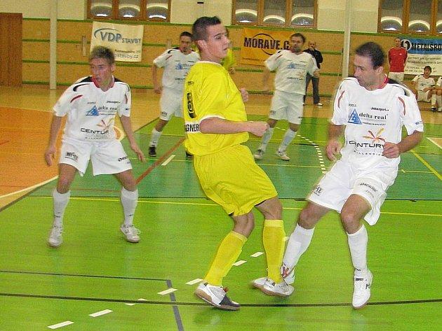 Šumperští futsalisté (bílé dresy) hrají doma odvetu čtvrtfinále