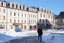 Pohled na hotel Slovan a obchodní centrum Alkron.