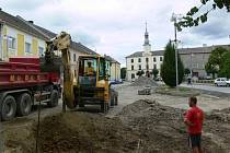 Na náměstí už začínají přípravné práce pro další etapu úprav.