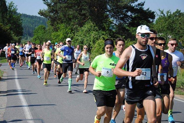 Úctyhodných 141 závodníků běželo v parném počasí Půlmaraton údolím Moravské Sázavy.