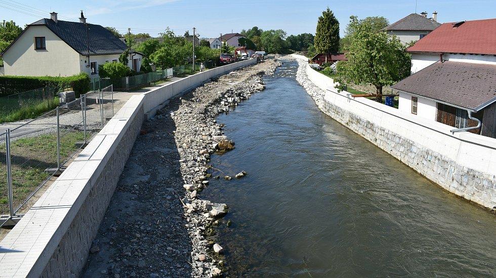 Práce na protipovodňové ochraně vesnic podél řeky Desné pokračují. V Rapotíně otevřeli nový most.