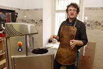 Marcel Šos vyrábí ve své manufaktuře v Jeseníku čokoládu