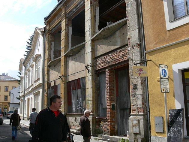 Rekonstrukce domu v Kozinově ulici v Šumperku se táhne už od devadesátých let. Objekt teď v dražbě koupily Podniky města Šumperka, které jej chtějí znovu oživit.