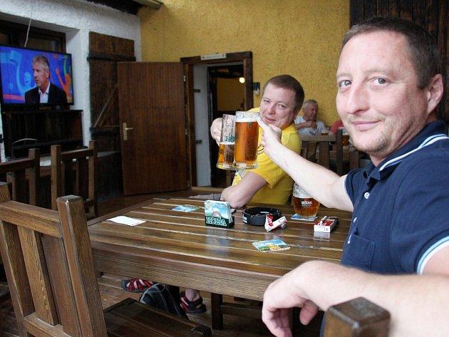 Ve Sport baru v kulturním domě v Šumperku sledovali fanoušci na velkoplošném plátně i obrazovce boj našich fotbalistů se Španěly s velkým napětím.