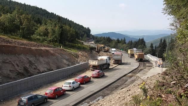 Rekonstruovaná silnice na Červenohorském sedle.