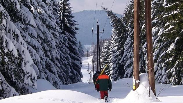 Vyhledávání poruchy je v přívalech sněhu náročné. V horských úsecích pomáhají energetikům sněžné skútry, občas ale nasazují i sněžnice