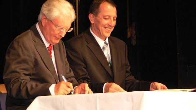 Starostové Hartmuth Boehmer  a Zdeněk Brož při podpisu smlouvy