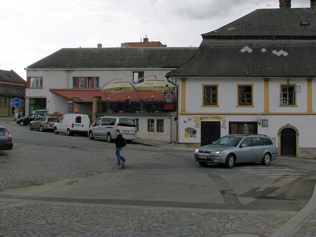 Město Mohelnice hodlá v roce 2015 investovat mimo jiné do rekonstrukce křižovatky ulic Třebovské, Okružní a Sadové, které místní říkají podle přilehlé hospody U Bruse. Frekventovaná křižovatka se změní na kruhový objezd.