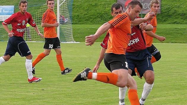Losinští fotbalisté (oranžové dresy) deklasovali Porubu