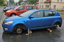 Zloděj nechal auto na špalcích.