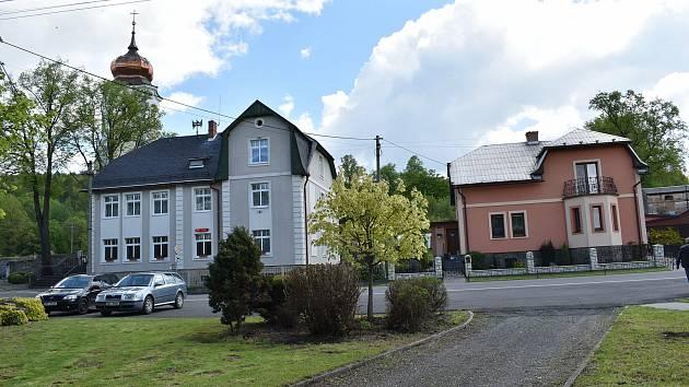 Stará Červená Voda na Jesenicku. Obecní úřad a kostel.
