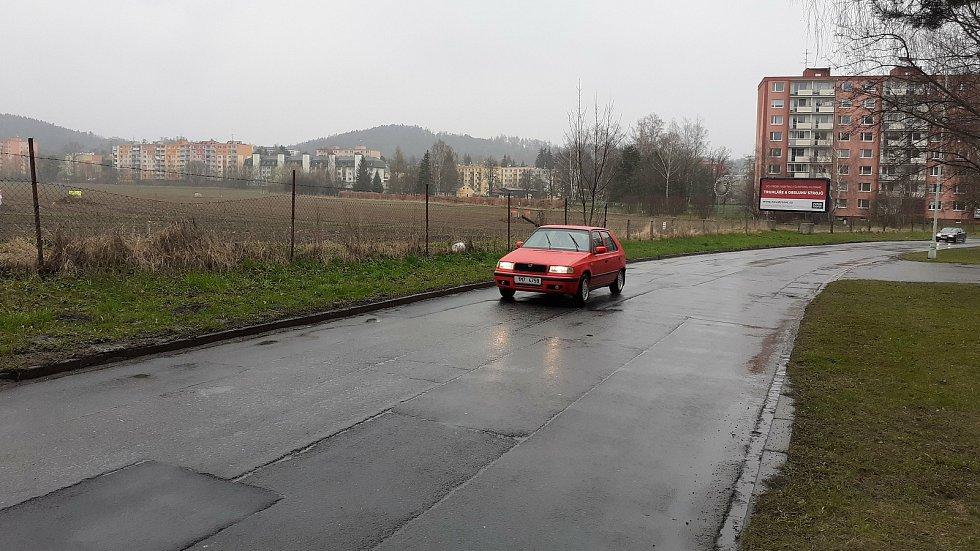 Pozemky přiléhající k ulici Šumavská v Šumperku, na nichž by měly vzniknout bytové domy a supermarket.