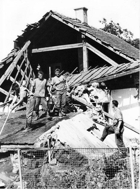 Dům mrtvého muže v Leštině během povodní v roce 1997.