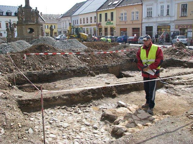 Rekonstrukci náměstí v Mohelnici provázejí archeologické vykopávky.