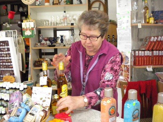 Na otevření lázní čeká iMiloslava Kašparová. Lázeňští hosté tvořili velkou část klientely jejího obchodu.