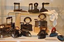 Vývoj čtyř hlavních pomocníků žen – praček, žehliček, vysavačů a šicích strojů – dokumentuje nová výstava nazvaná Zítra nevařím, protože peru, žehlím, uklízím, která je k vidění v Památníku Adolfa Kašpara v Lošticích.