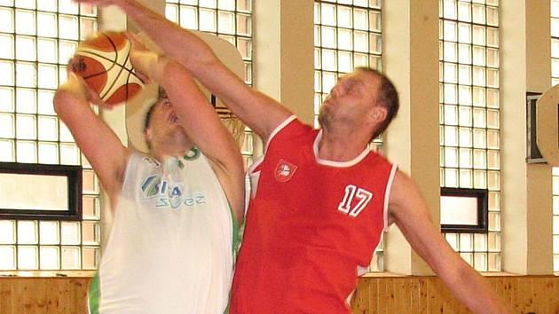 Šumperští basketbalisté (v bílém)