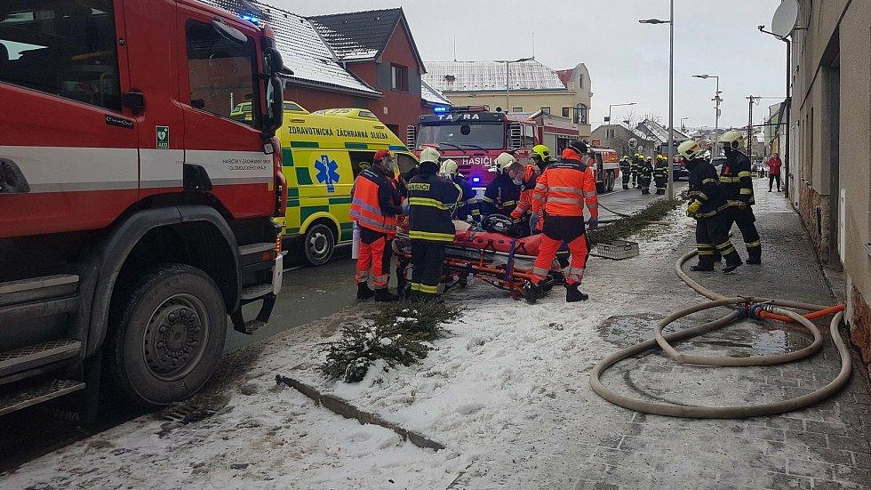 Hasiči a záchranáři zasahují u požáru v Lošticích, 17. ledna 2021