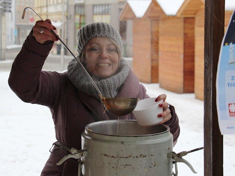 Charita nabízela na pěší zóně v Šumperku kolemjdoucím novoroční zelňačku.