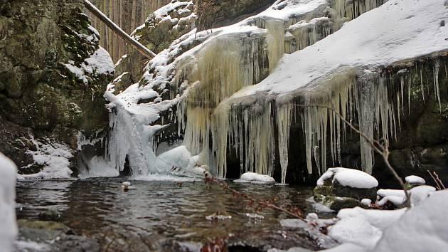 Vodopády Stříbrného potoka, zvané též Nýznerovské vodopády v zimě.