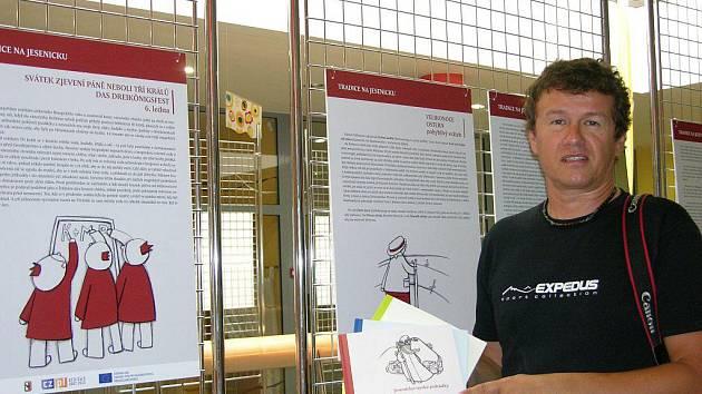 Tři publikace, u jejichž zrodu stál Marcel Šos z Jeseníku (na snímku), přinášejí Jesenicko-nyskou kuchařku, Jesenicko-nyské pohádky a Tradice z jesenického pohraničí. O knihy je takový zájem, že autor připravuje další vydání