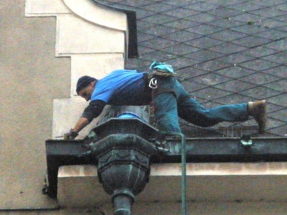 Postřelmovský horolezec při opravě střechy radnice v Šumperku.