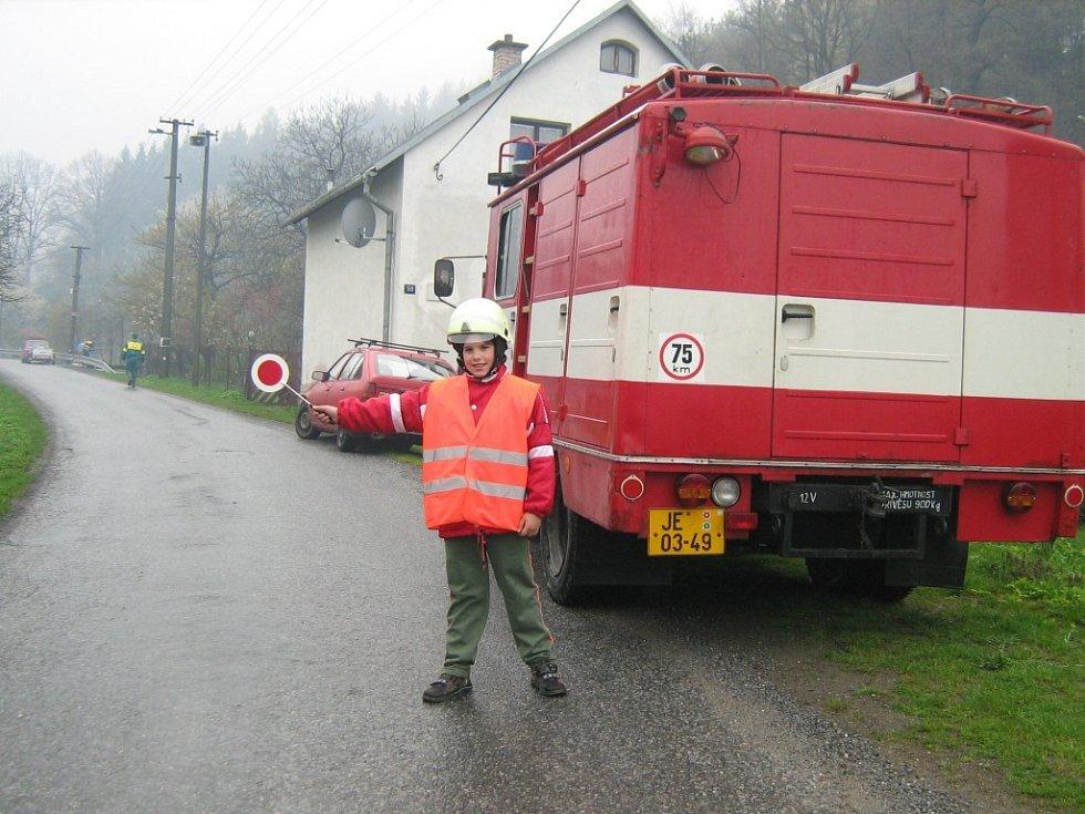 Devítiletý Tomáš při úklidu obce pomáhal řídit dopravu.